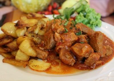 Feuerfleisch mit Bratkartoffeln