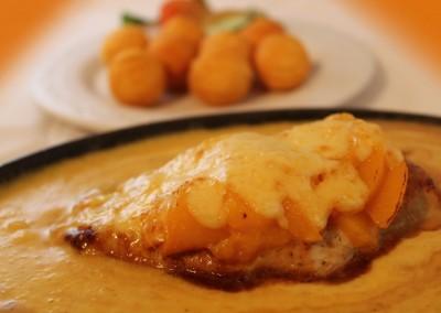 Hähnchen trifft Pfirsich mit Kroketten