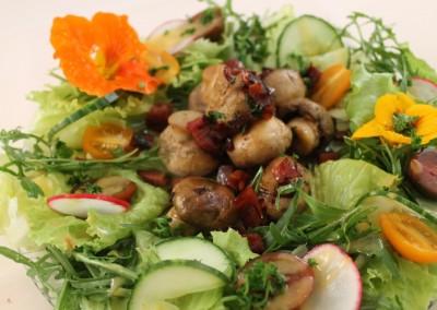 Knoblauch-Champinionköpfe auf Salatbett