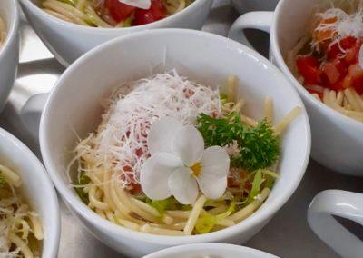 Spagettisalat in der Tasse